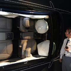 :: 오토in ::에어백 전개를 시연중인 현대 모터스튜디오 고양 크루
